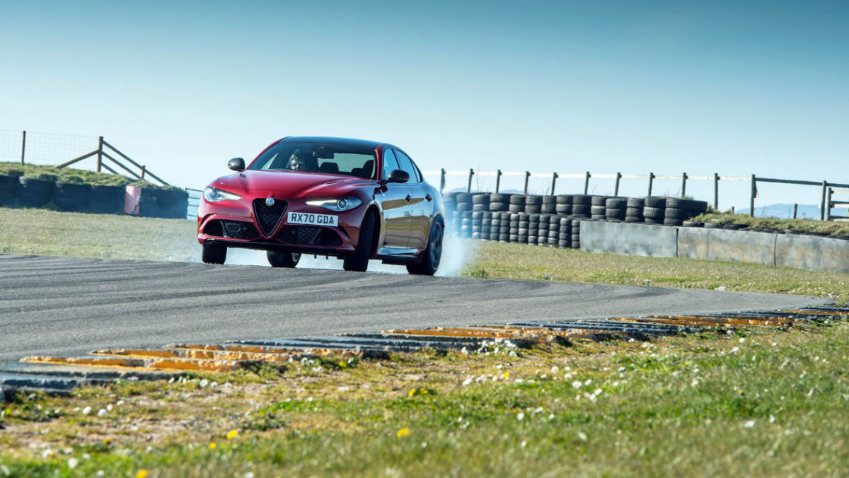 Alfa-Romeo-Giulia-Quadrifoglio-2