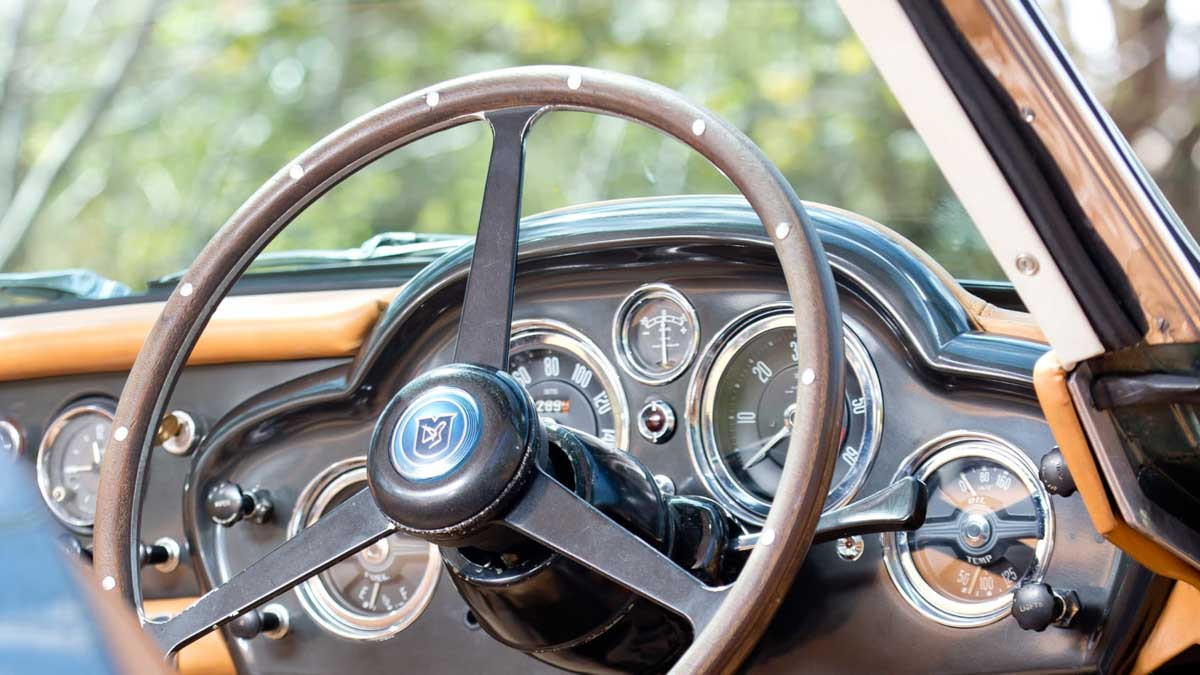 Aston-Martin-DB4-5
