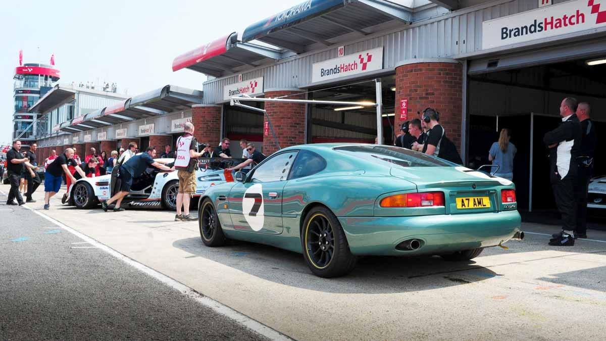 Aston-Martin-DB7-GT-5