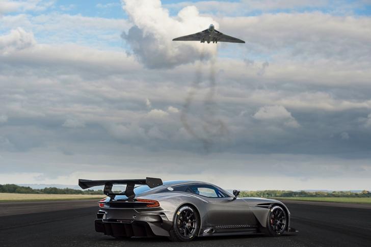 Aston Martin Vulcan vs Vulcan XH558-02