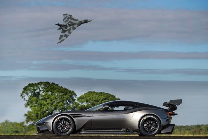 Aston Martin Vulcan vs Vulcan XH558-04