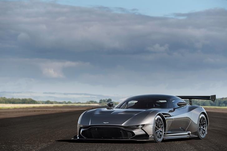 Aston Martin Vulcan vs Vulcan XH558-05
