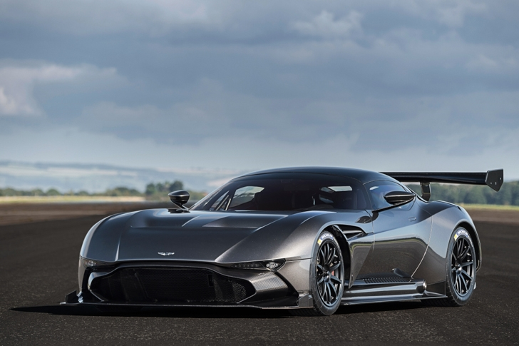 Aston Martin Vulcan vs Vulcan XH558-06