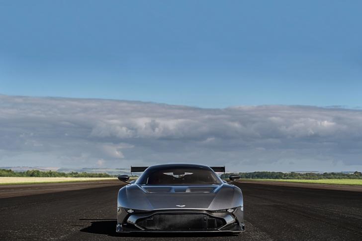 Aston Martin Vulcan vs Vulcan XH558-08