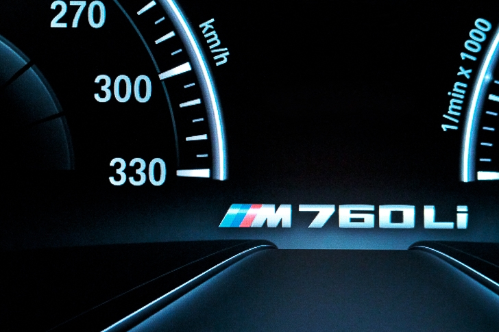 BMW M760Li xDrive 16
