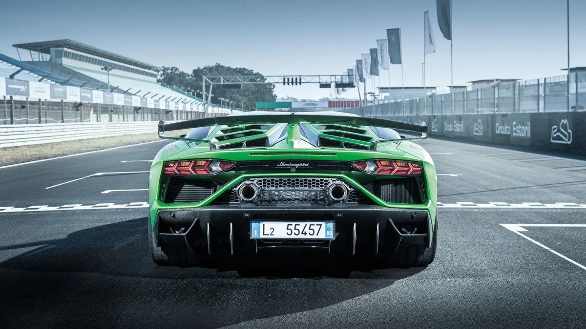 Lamborghini-Aventador-SVJ-vs-McLaren-600LT-10