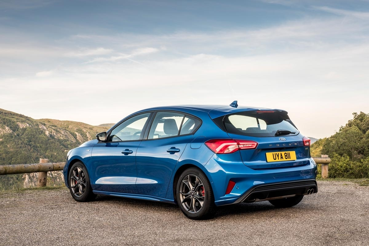 new ford focus st line 2018 review can it beat the vw golf in its sportiest standard trim. Black Bedroom Furniture Sets. Home Design Ideas