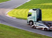 Volvo FH vs Koenigseg One:1 09