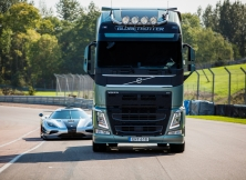Volvo FH vs Koenigseg One:1 12