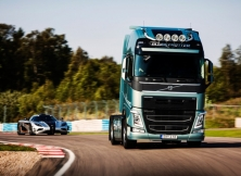 Volvo FH vs Koenigseg One:1 04