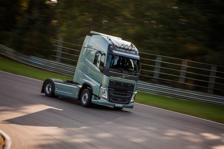 Volvo FH vs Koenigseg One:1 08