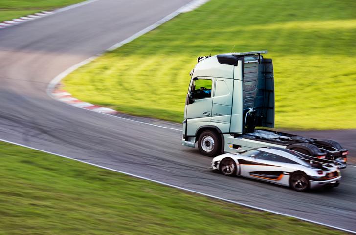 Volvo FH vs Koenigseg One:1 09