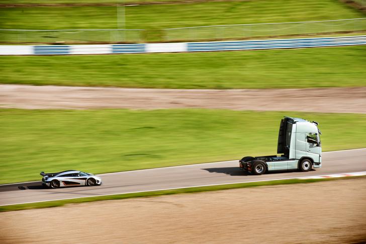 Volvo FH vs Koenigseg One:1 11